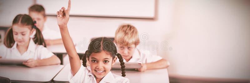 Η αύξηση μαθητριών χαμόγελου παραδίδει την τάξη στοκ εικόνες