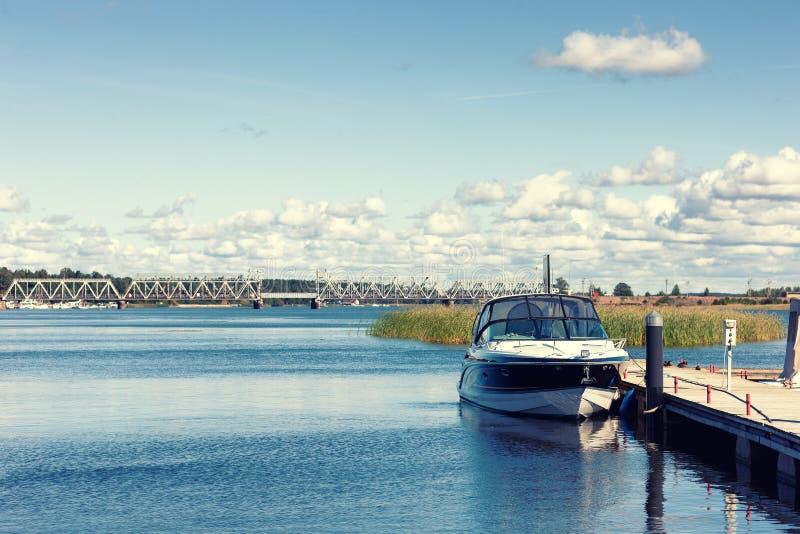 Η βάρκα είναι στην αποβάθρα στον ποταμό μια θερινή ημέρα στοκ εικόνες με δικαίωμα ελεύθερης χρήσης