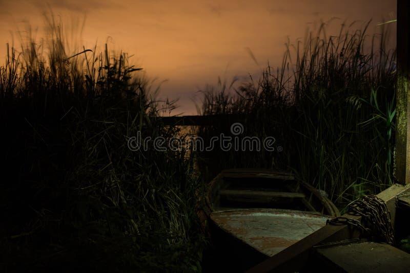Η βάρκα κοντά στην ακτή στην αλυσίδα στοκ φωτογραφίες με δικαίωμα ελεύθερης χρήσης