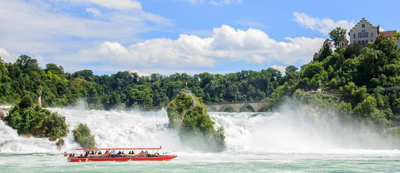 Η βάρκα με τους τουρίστες στο Ρήνο πέφτει, οι μεγαλύτεροι καταρράκτες της Ευρώπης, σε Schaffhausen, Ελβετία στοκ εικόνα