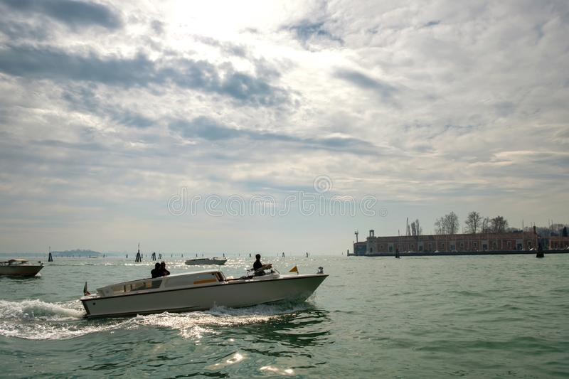 Η βάρκα μηχανών διασχίζει τη θάλασσα στοκ φωτογραφία