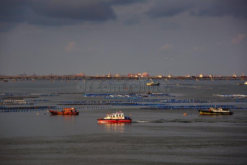 Η βάρκα πολλοί δακτυλογραφεί στην αυγή στη θάλασσα κατά τη διάρκεια της θαυμάσιας ανατολής σε koh-Loy Chonburi Ταϊλάνδη στοκ εικόνες