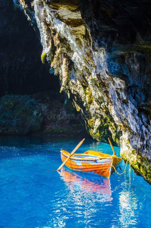 Η βάρκα στο ancor στη λίμνη Melissai κοντά στη σπηλιά στοκ εικόνες με δικαίωμα ελεύθερης χρήσης