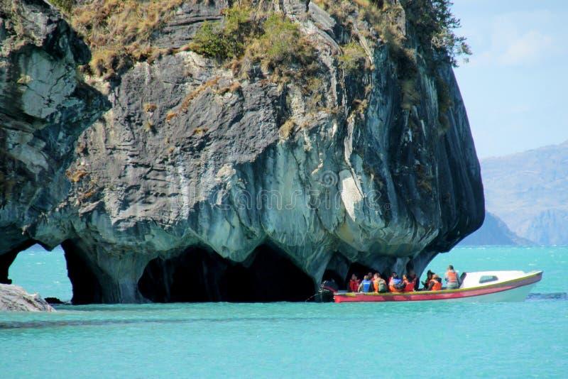 Η βάρκα τουριστών στην εξόρμηση στο μάρμαρο ανασκάπτει, Capillas de Marmol νησί στη Χιλή στοκ εικόνες