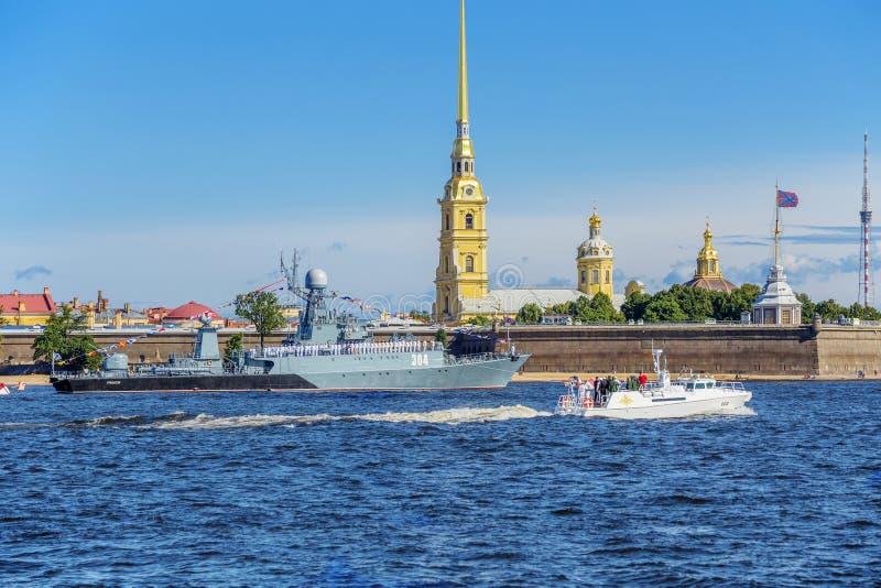 Η βάρκα του διοικητής--προϊσταμένου του ναυτικού κάνει μια λοξοδρόμηση γύρω από την πρώτη γραμμή των σκαφών την ημέρα του ρωσικού στοκ εικόνα