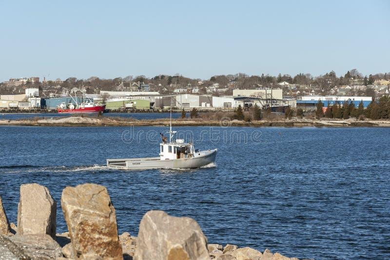 Η βάρκα Caroline αστακών αυξήθηκε διασχίζοντας το λιμάνι του Νιού Μπέντφορτ στοκ φωτογραφίες με δικαίωμα ελεύθερης χρήσης