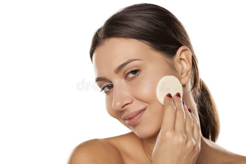 Η βάση Makeup ισχύει στοκ εικόνα