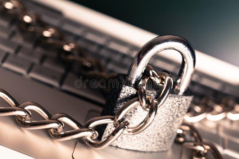 Η βαριά αλυσίδα με ένα λουκέτο γύρω από ένα lap-top, κλείνει στοκ εικόνες με δικαίωμα ελεύθερης χρήσης