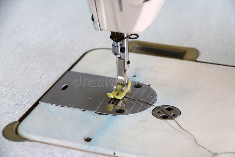 Η βελονιά ράβοντας μηχανών, αυτό είναι μια εργασία ενδυμάτων για τα ενδύματα στοκ φωτογραφία