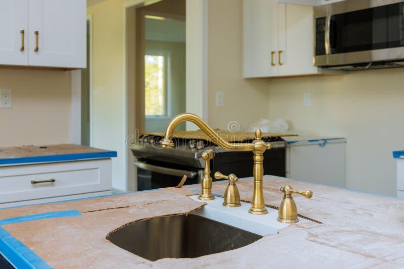 Η βελτίωση εγκαταστάσεων γραφείων κουζινών αναδιαμορφώνει worm& x27 άποψη του s που εγκαθίσταται σε μια νέα κουζίνα στοκ εικόνα