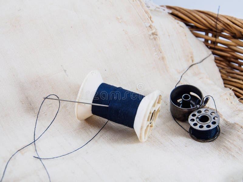 Η βελόνα και το νήμα για ράβουν στοκ φωτογραφία με δικαίωμα ελεύθερης χρήσης