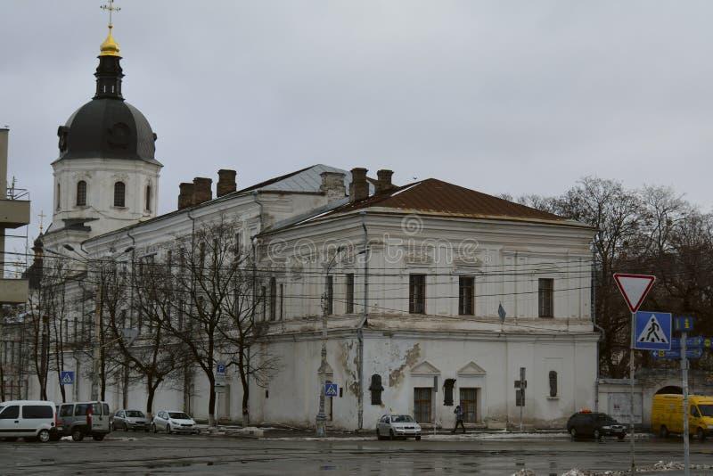 Η βιβλιοθήκη της ακαδημίας kyiv-Mohyla με τα αυτοκίνητα και των ανθρώπων στοκ εικόνα