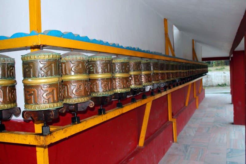 Η βουδιστική προσευχή κυλά το Λόρδο Βούδας με το σανσκριτικό γράψιμο με το βόμβο του OM Mani Padme μάντρας στοκ φωτογραφία