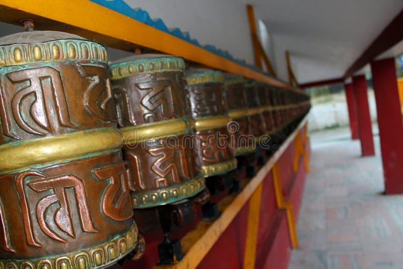 Η βουδιστική προσευχή κυλά το Λόρδο Βούδας με το σανσκριτικό γράψιμο με το βόμβο του OM Mani Padme μάντρας στοκ εικόνα με δικαίωμα ελεύθερης χρήσης
