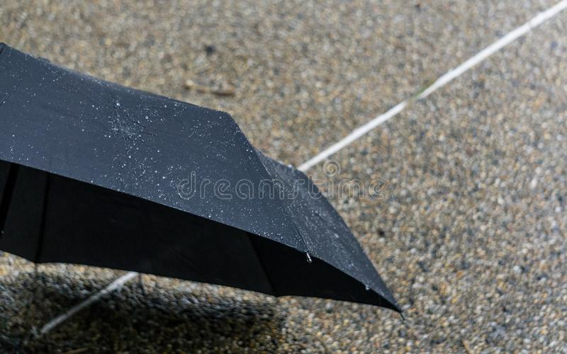 Η βροχή στη μαύρη ομπρέλα στοκ εικόνα με δικαίωμα ελεύθερης χρήσης