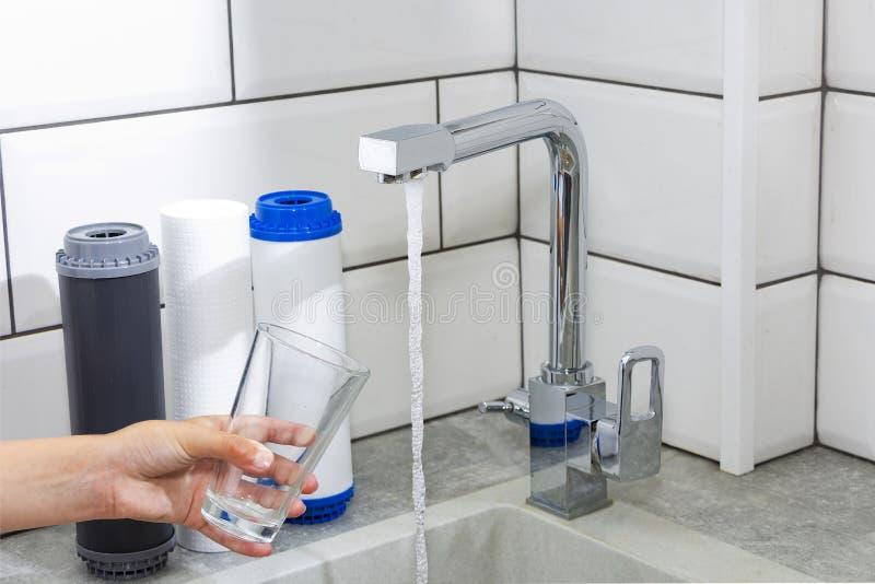 Η βρύση από την οποία ροές του νερού Προβλήματα νερού δίψας απόσβεσης σε μερικές χώρες Το γυαλί γεμίζουν με το νερό στοκ εικόνες