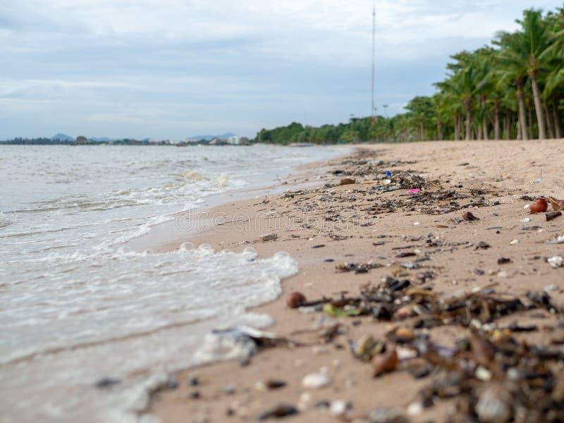 Η βρώμικη παραλία Πολλά απορρίμματα στην παραλία στοκ εικόνες