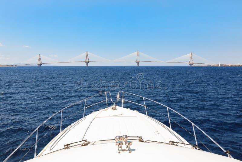 Η γέφυρα ή ο Χαρίλαος Trikoupis Bridge, φωτογραφία του Ρίο Αντίρριο που λαμβάνεται από τη βάρκα κατά τη διάρκεια των καλοκαιρινών στοκ εικόνα