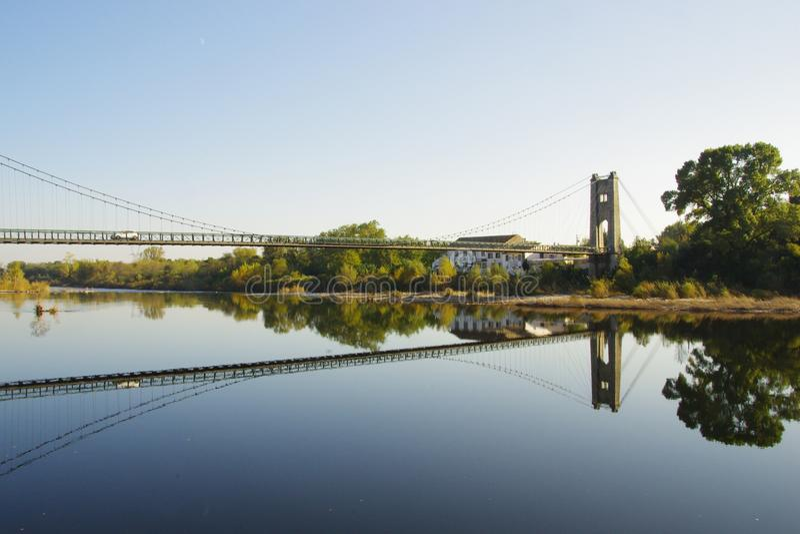 Η γέφυρα αναστολής με τα σάβανα έχει Aiguèze Ardèche στη Γαλλία στοκ εικόνα