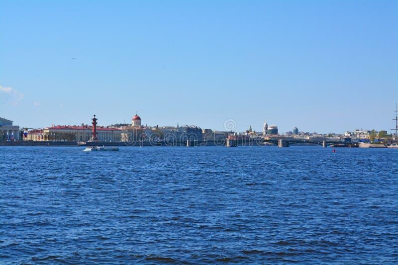 Η γέφυρα ανταλλαγής και το ανάχωμα Makarov στη Αγία Πετρούπολη, Ρωσία στοκ φωτογραφία