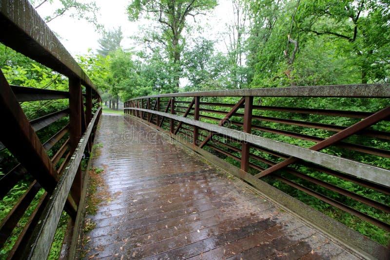 Η γέφυρα για πεζούς σε ένα βροχερό απόγευμα στοκ φωτογραφίες