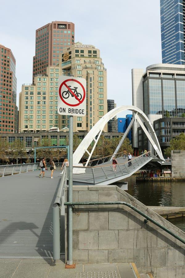 Η γέφυρα για πεζούς το 1992 Southgate επιτρέπει στους πεζούς για να διασχίσει μεταξύ του CBD και του Southbank, πέρα από τον ποτα στοκ φωτογραφία