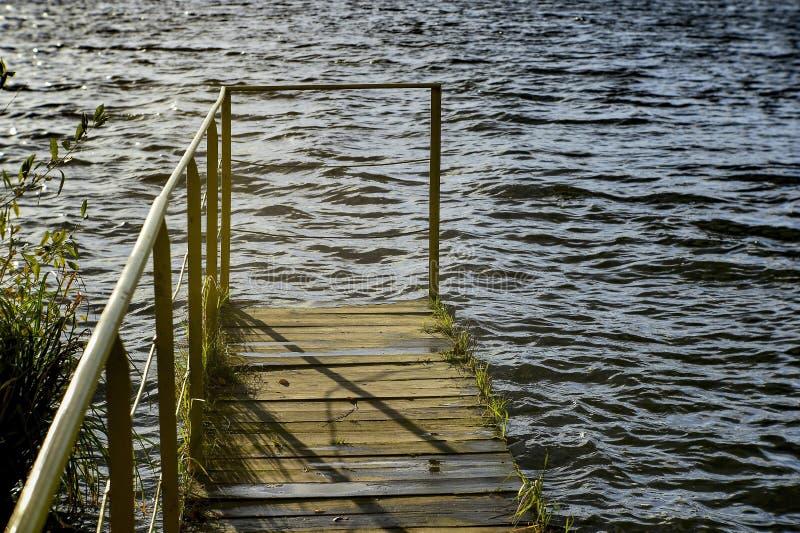 Η γέφυρα για την πρόσδεση των βαρκών σε μια λίμνη πάρκων στοκ φωτογραφία με δικαίωμα ελεύθερης χρήσης