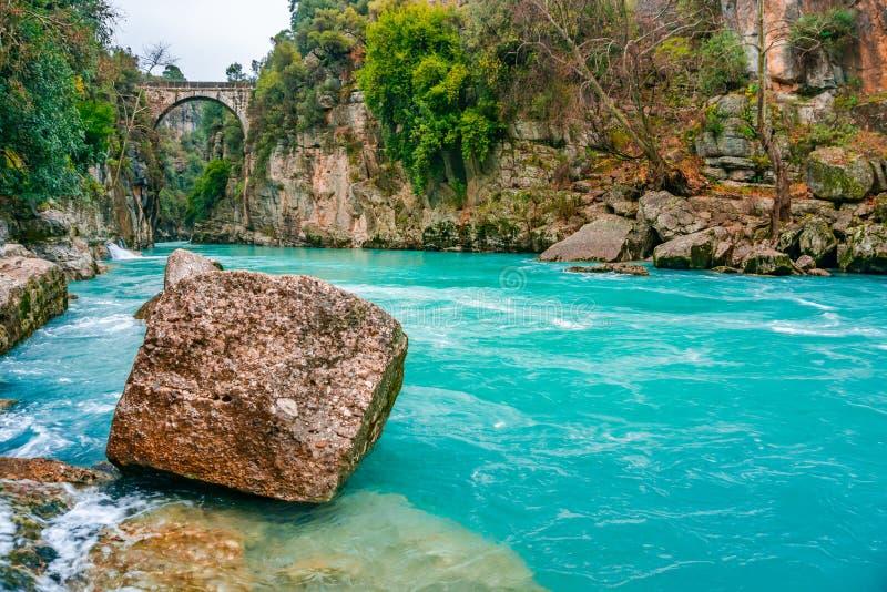 """Η γέφυρα είναι γνωστή ως γέφυρα """"Bugrum ή Oluk """" Τοπίο ποταμών Koprucay από το εθνικό πάρκο φαραγγιών Koprulu σε Manavgat, Antaly στοκ φωτογραφία με δικαίωμα ελεύθερης χρήσης"""