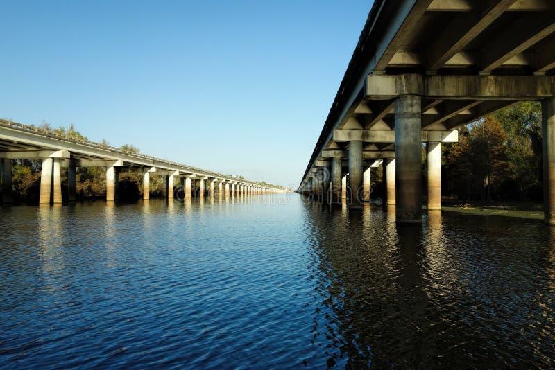 Η γέφυρα λεκανών Atchafalaya και η διακρατική (ι-10) εθνική οδός 10 πέρα από το bayou της Λουιζιάνας στοκ εικόνα με δικαίωμα ελεύθερης χρήσης