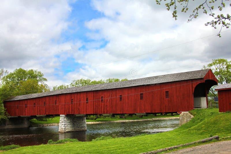η γέφυρα κάλυψε το κόκκιν&o στοκ εικόνες