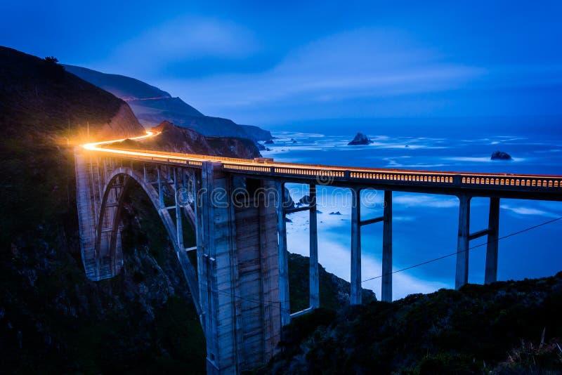 Η γέφυρα κολπίσκου Bixby τη νύχτα, σε μεγάλο Sur στοκ φωτογραφία με δικαίωμα ελεύθερης χρήσης