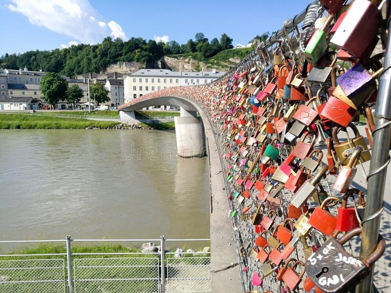 η γέφυρα λουκέτων στο Σάλτζμπουργκ στοκ εικόνες
