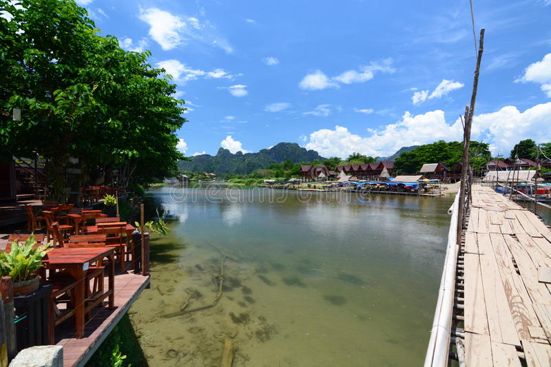 Η γέφυρα μπαμπού στον ποταμό τραγουδιού Nam Vang Vieng Λάος στοκ εικόνες με δικαίωμα ελεύθερης χρήσης