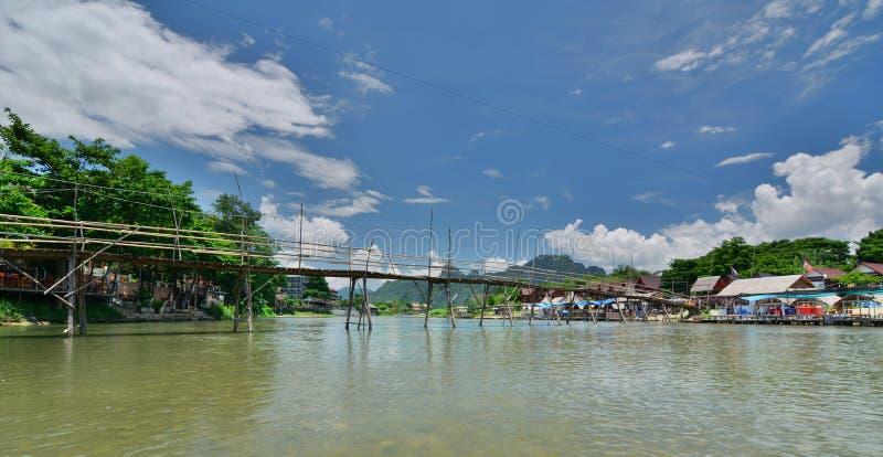 Η γέφυρα μπαμπού στον ποταμό τραγουδιού Nam Vang Vieng Λάος στοκ φωτογραφία