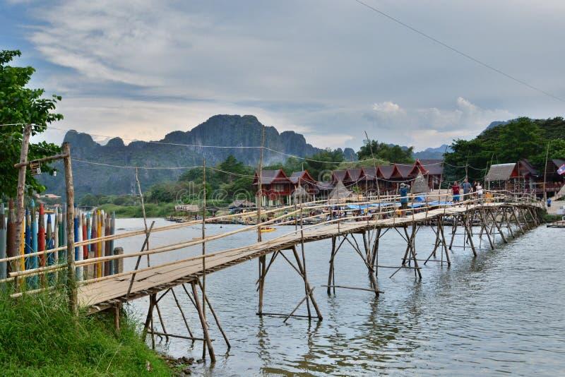 Η γέφυρα μπαμπού στον ποταμό τραγουδιού Nam Vang Vieng Λάος στοκ εικόνα
