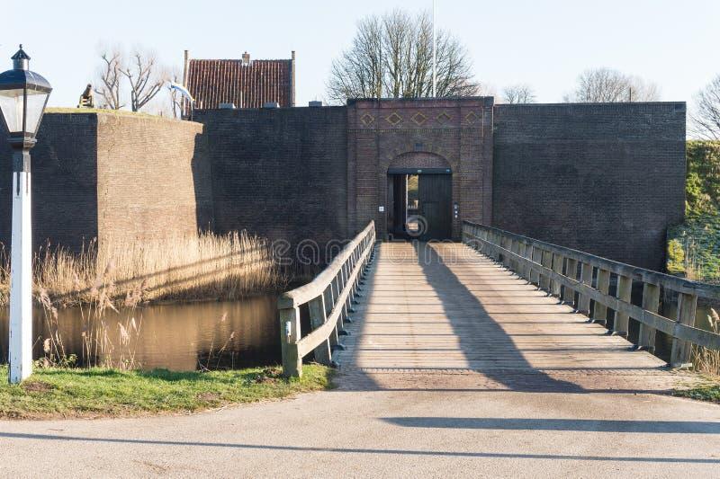 Η γέφυρα ξυλείας που δίνει την είσοδο στην οχύρωση Loevestijn στις Κάτω Χώρες στοκ εικόνες