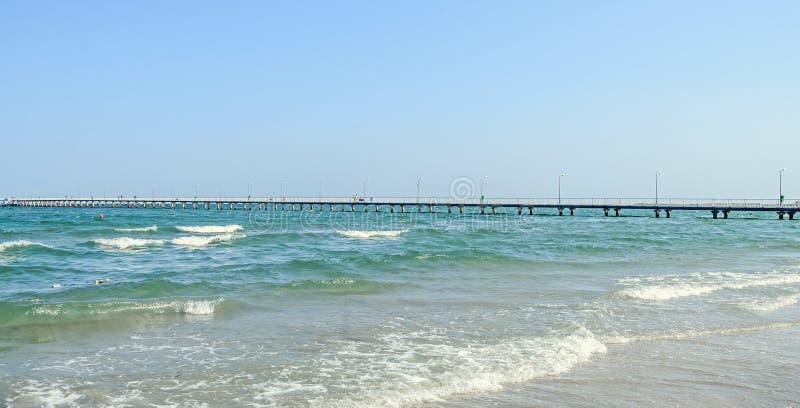 Η γέφυρα πέρα από Μαύρη Θάλασσα, την προκυμαία και την παραλία με το μπλε νερό στοκ φωτογραφίες με δικαίωμα ελεύθερης χρήσης