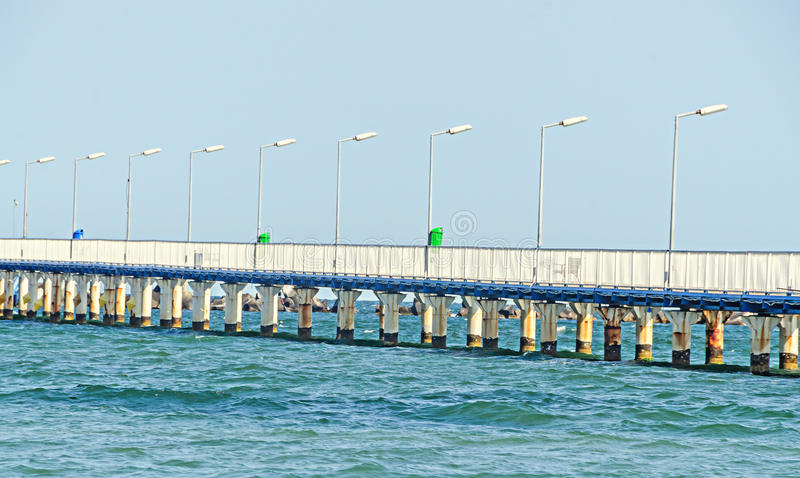 Η γέφυρα πέρα από Μαύρη Θάλασσα, την προκυμαία και την παραλία με το μπλε νερό στοκ εικόνες