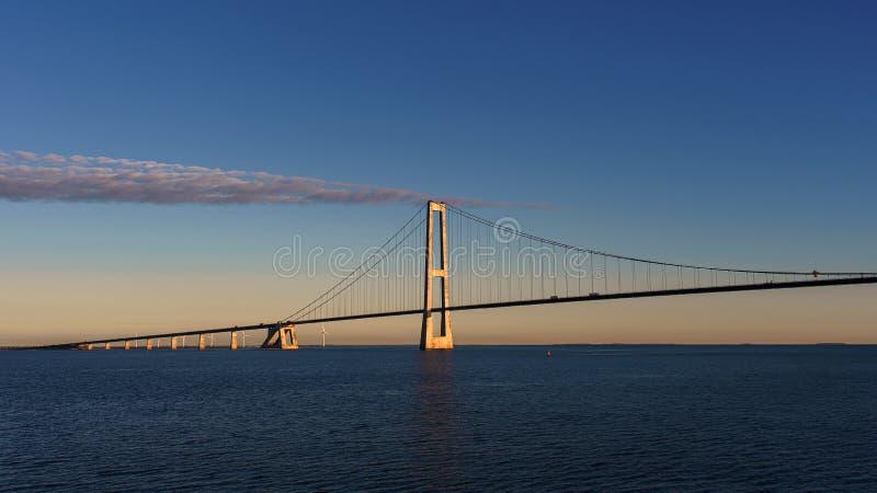 Η γέφυρα πέρα από τη θάλασσα στην οποία η μεταφορά πηγαίνει E Ο ήλιος φωτίζει υπέροχα τη γέφυρα Άποψη από τη γέφυρα στοκ εικόνες