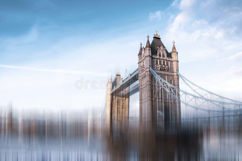 Η γέφυρα πύργων στο Λονδίνο Επίδραση ταχύτητας για να προτείνει ένα με γρήγορο ρυθμό περιβάλλον στοκ φωτογραφία