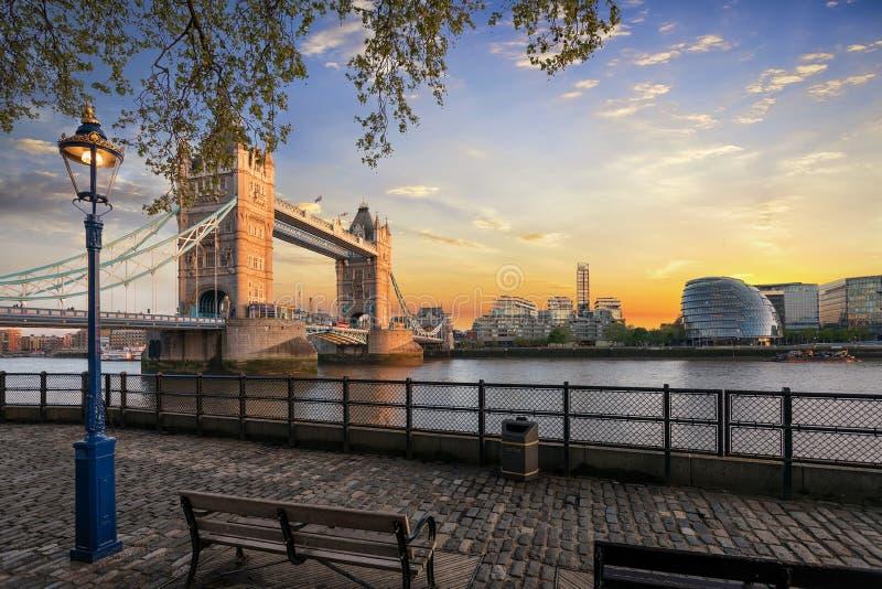 Η γέφυρα πύργων στο Λονδίνο κατά τη διάρκεια του χρόνου ηλιοβασιλέματος στοκ φωτογραφία με δικαίωμα ελεύθερης χρήσης