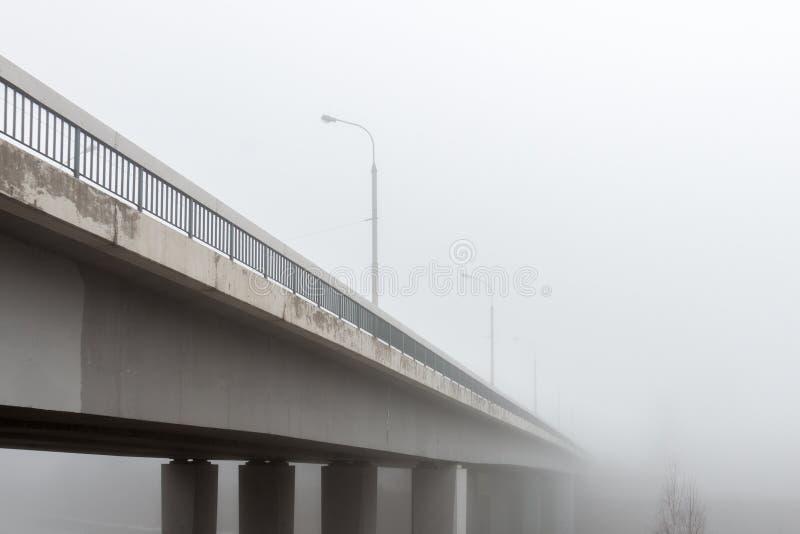 Η γέφυρα στα ξημερώματα ομίχλης σε Vilnius, Λιθουανία στοκ φωτογραφίες