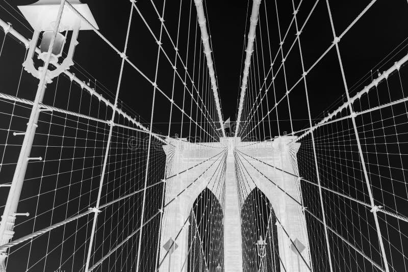 Η γέφυρα του Μπρούκλιν, γραπτή αναστρέφει τη φωτογραφία, πόλη της Νέας Υόρκης, ΗΠΑ στοκ φωτογραφία