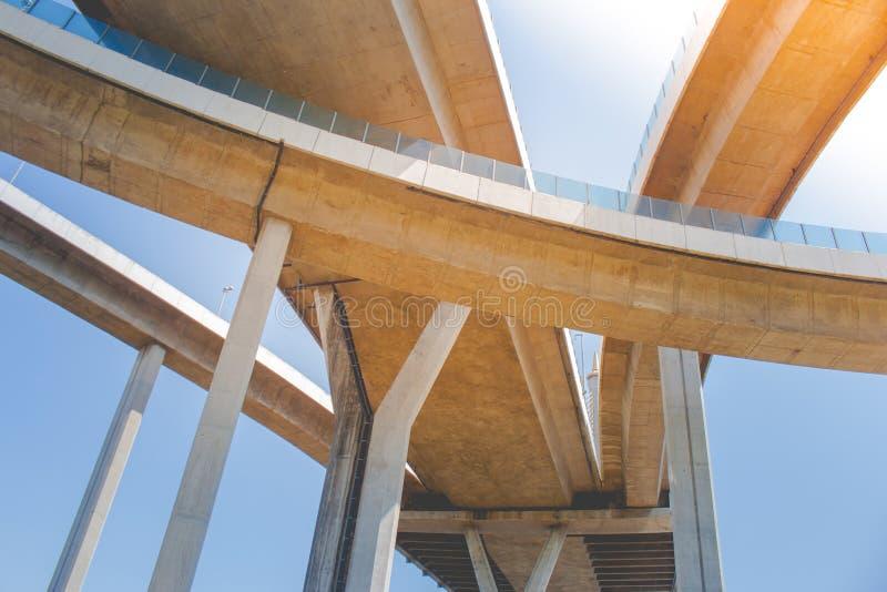 Η γέφυρα των βιομηχανικής δαχτυλιδιών ή της γέφυρας Bhumibol είναι συγκεκριμένο οδικών συνδέσεων και ανταλλαγής εθνικών οδών over στοκ εικόνες