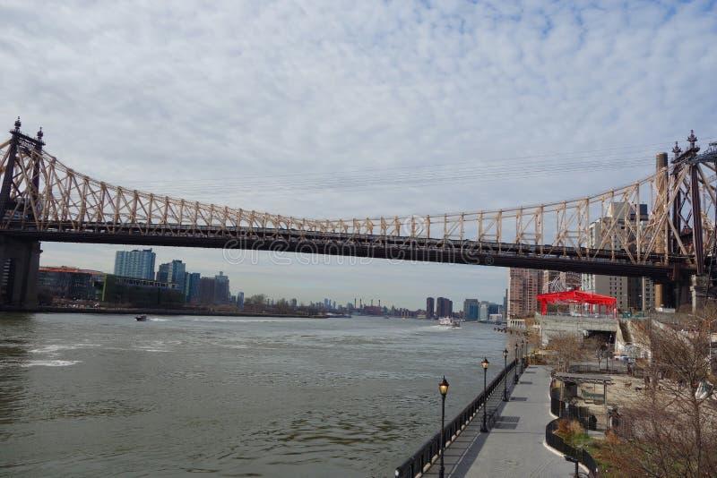 Η γέφυρα των ΕΔ Koch Queensboro πέρα από τον ανατολικό ποταμό στην πόλη της Νέας Υόρκης στοκ εικόνες