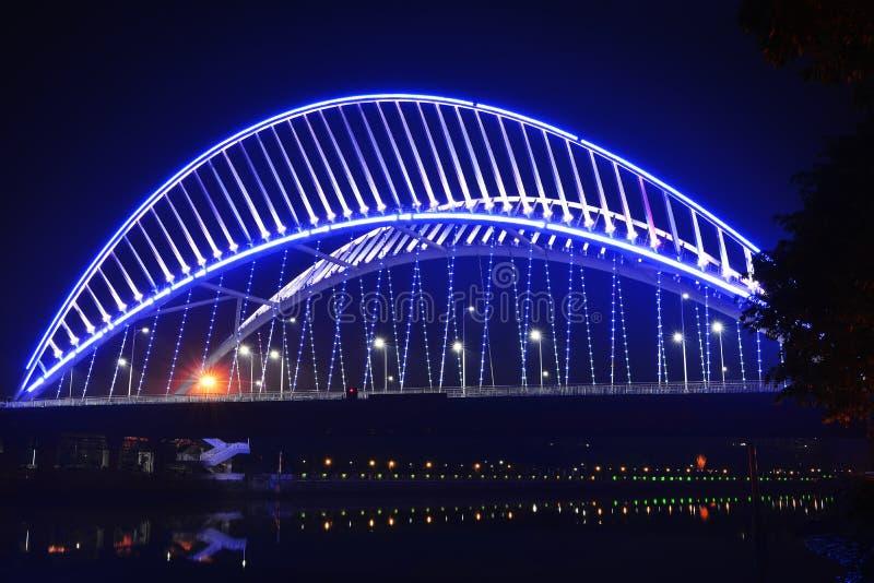 η γέφυρα φωτίζεται από τα φω'τα των οδηγήσεων στοκ εικόνες