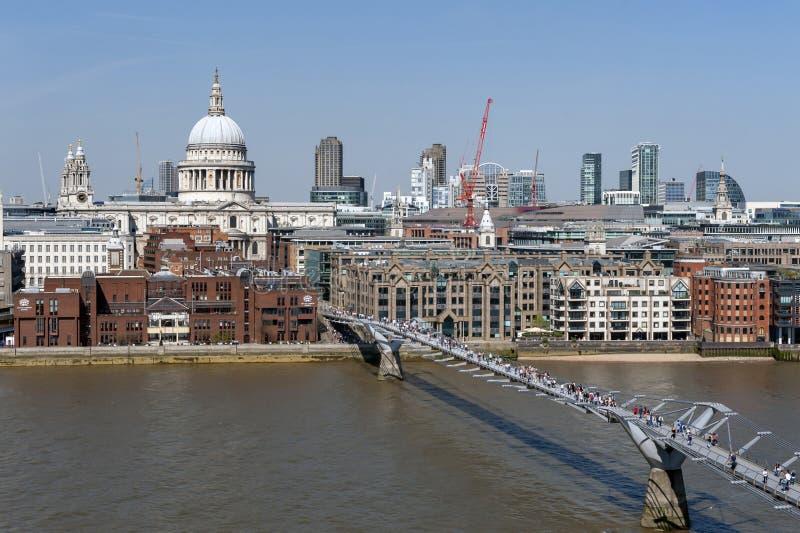 Η γέφυρα χιλιετίας του Λονδίνου, μια γέφυρα για πεζούς αναστολής που διασχίζει τον ποταμό Τάμεσης στον καθεδρικό ναό του Λονδίνου στοκ εικόνα