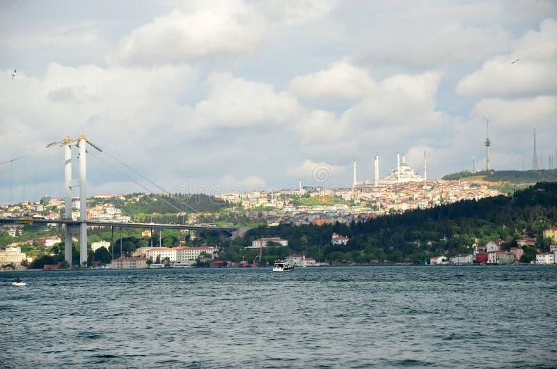 Η γέφυρα Bosphorus και το μουσουλμανικό τέμενος Camlica Uskudar στη Ιστανμπούλ, Τουρκία στοκ εικόνες