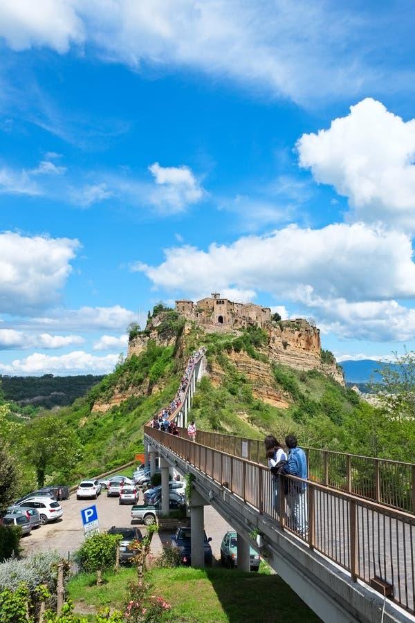 Η γέφυρα Civita Di Bagnoregio με τους τουρίστες στοκ εικόνα