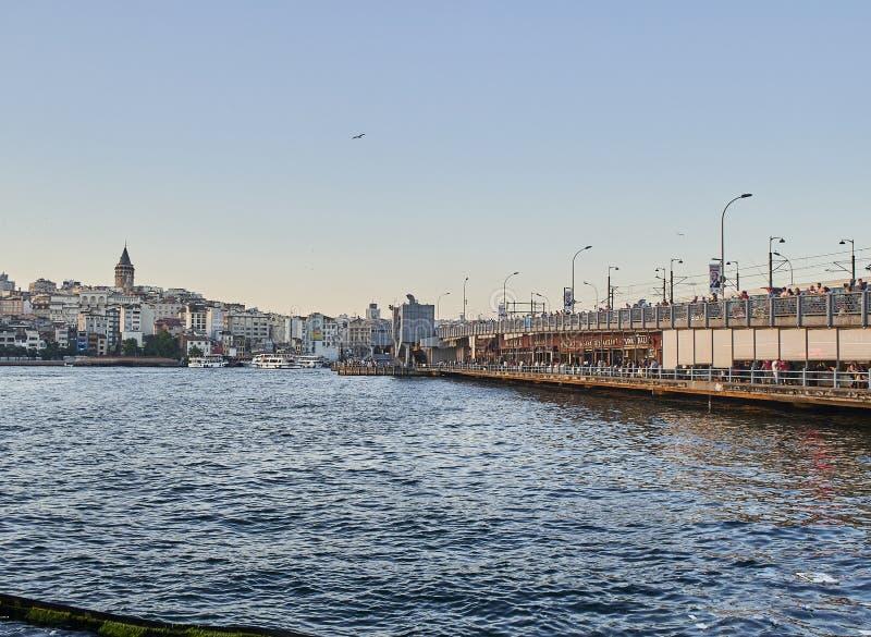 Η γέφυρα Galata πέρα από το χρυσό κόλπο κέρατων Ιστανμπούλ, Τουρκία στοκ εικόνα